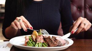 контроль аппетита и отслеживание КБЖУ предотвращают переедание, а оно является причиной почему вес на кето-диете стоит