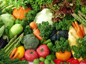 Много овощей - помидоры, морковь, капуста.