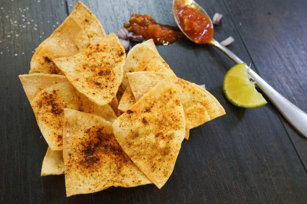 Кето чипсы — 6 рецептов на любой вкус. Чипсы из сыра, кабачков, свиных шкурок, семечек и ламинарии.