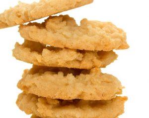 Кокосовое кето печенье из смеси кокосовой и миндальной муки и стружки.