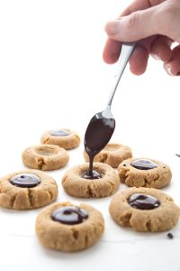 кето-печенье с арахисовой пастой и шоколадом