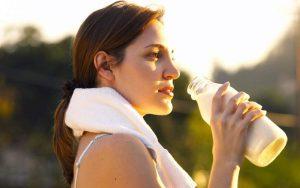 Женщина пьет молоко на кето диете
