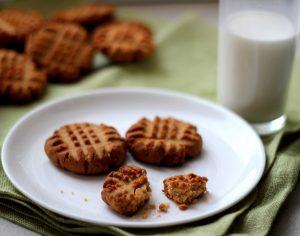 арахисовое печенье со стаканом молока