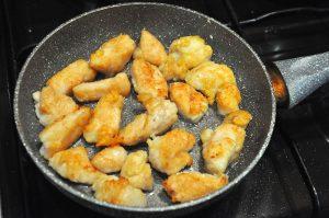обжарьте курицу для кето салата цезарь