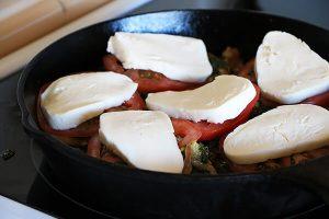сыр и помидоры поверх бедер капризе согласно одному из лучших кето рецептов