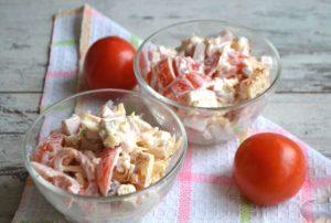 Сервированный кето салат с курицей, помидорами и сыром.