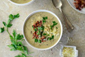 Кето-суп с брокколи, сыром и беконом