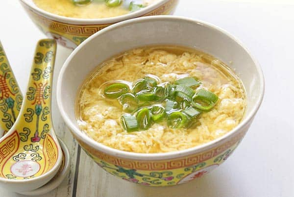 Куриный кето суп с яйцом и зеленым луком.