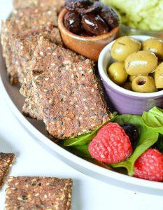 Кето чипсы с ламинарией из молотых и целых семян кунжута, льна и подсолнечника.