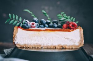 Безуглеводный торт со свежими ягодами.
