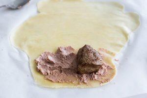 покройте тесто паштетом чтобы приготовить обед по кето рецепту