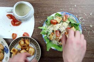 посыпьте кето салат цезарь сыром