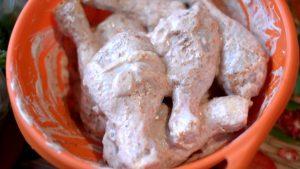 смазать курицу майонезом в соответствии с кето рецептом обеда