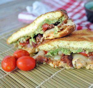 кето сэндвич с курицей и авокадо