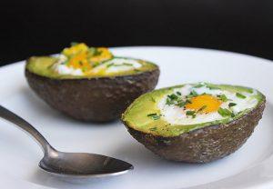 Яйца в авокадо на завтрак.