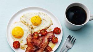 Яичница с беконом и помидорами к кофе на завтрак.