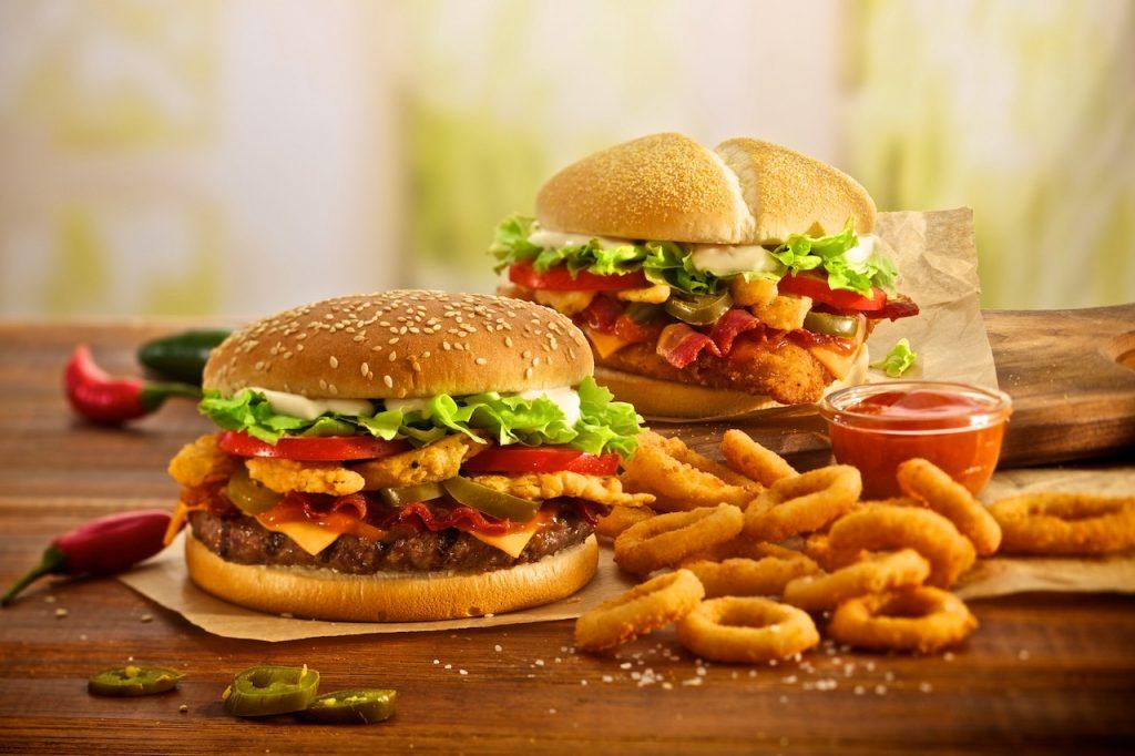 Кето фаст фуд ланч. Комбо из 3 лучших блюд — гамбургер, тако и острые куриные крылышки.