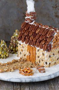 Украшенный орехами имбирный домик.