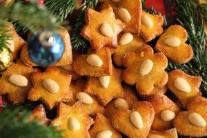 Кето имбирное печенье украшено орехами.