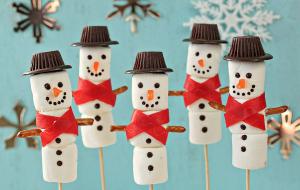 Снеговики из зефира - украсить домик из имбирного печенья.