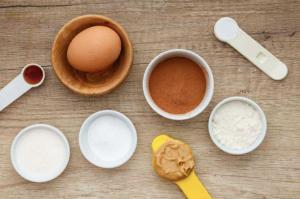 Ингредиенты, чтобы приготовить кекс в кружке