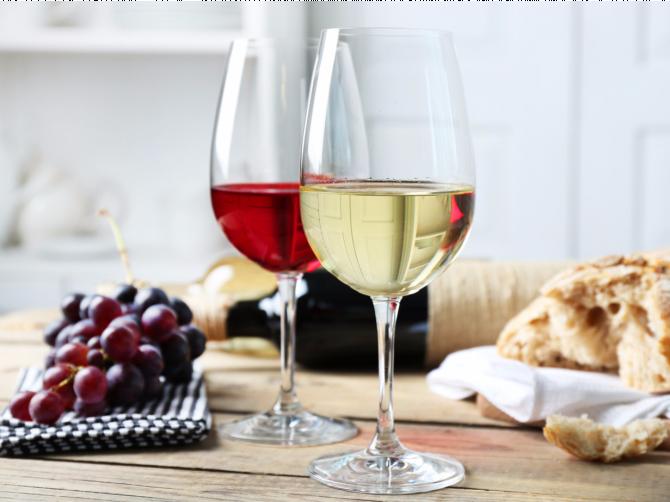 Почему белое вино — враг женщин, а красное друг?