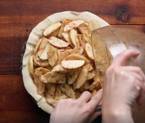 Яблочный кето пирог с соленой карамелью - потрясающий рецепт.