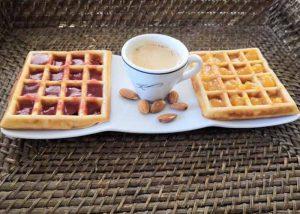 Кофе с вафлями - вариант кето завтрака.