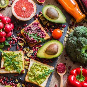 Овощи, фрукты и хлеб - еда вегетарианцев.