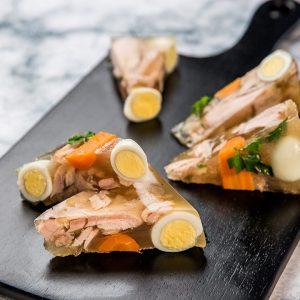Вариант сервировки кето холодца с яйцом и морковью.