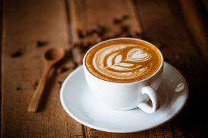 Чашка кофе с рисунком. Кето кофе помогает быстро войти в кетоз.