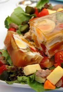 Плотный кето холодец с яйцом и мясом.