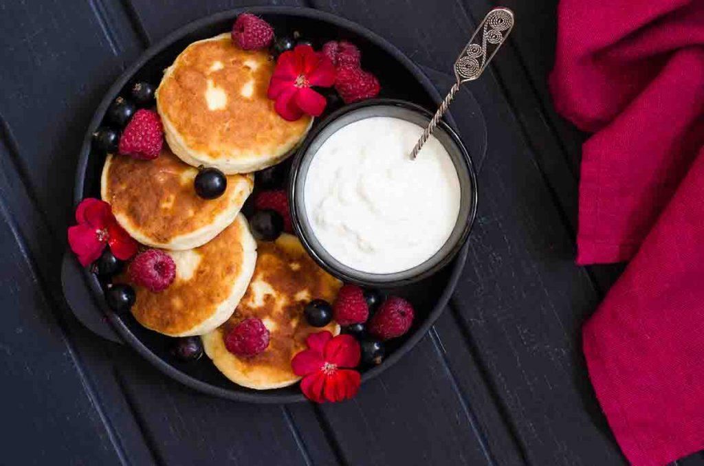 3 рецепта кето сырников из творога – на миндальной, кокосовой и льняной муке