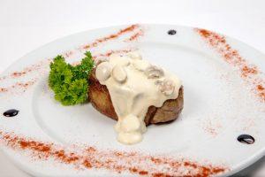 Свинина в грибном соусе из кокосовых сливок станет основой меню для кето на Новый год.
