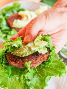 Листовые овощи - отличный способ заменить хлеб на низкоуглеводной диете.