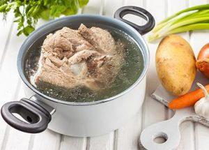 Мясо на кости в кастрюле для кето борща.