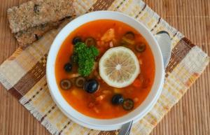 Рыбная кето солянка - вариант сервировки.