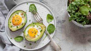 Авокадо и яйца - лучшие продукты, чтобы добрать жиры на кето.