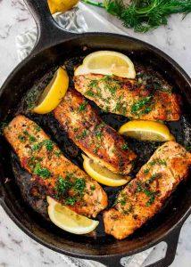 Жареный лосось - лучшие жирные продукты для кето диеты.