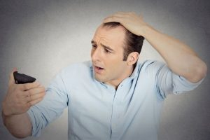 Мужчина обеспокоен выпадением волос на кето. Почему выпадают волосы на кето?