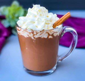 Кето горячий шоколад со взбитыми сливками и корицей.