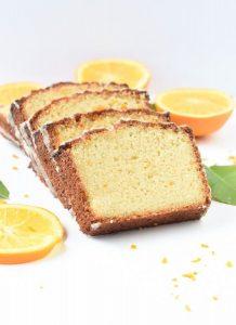 Большой цельный апельсиновый кето кекс с глазурью.