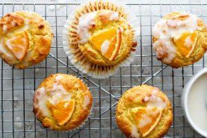 Маленькие кексики - апельсиновый кето кекс с глазурью.
