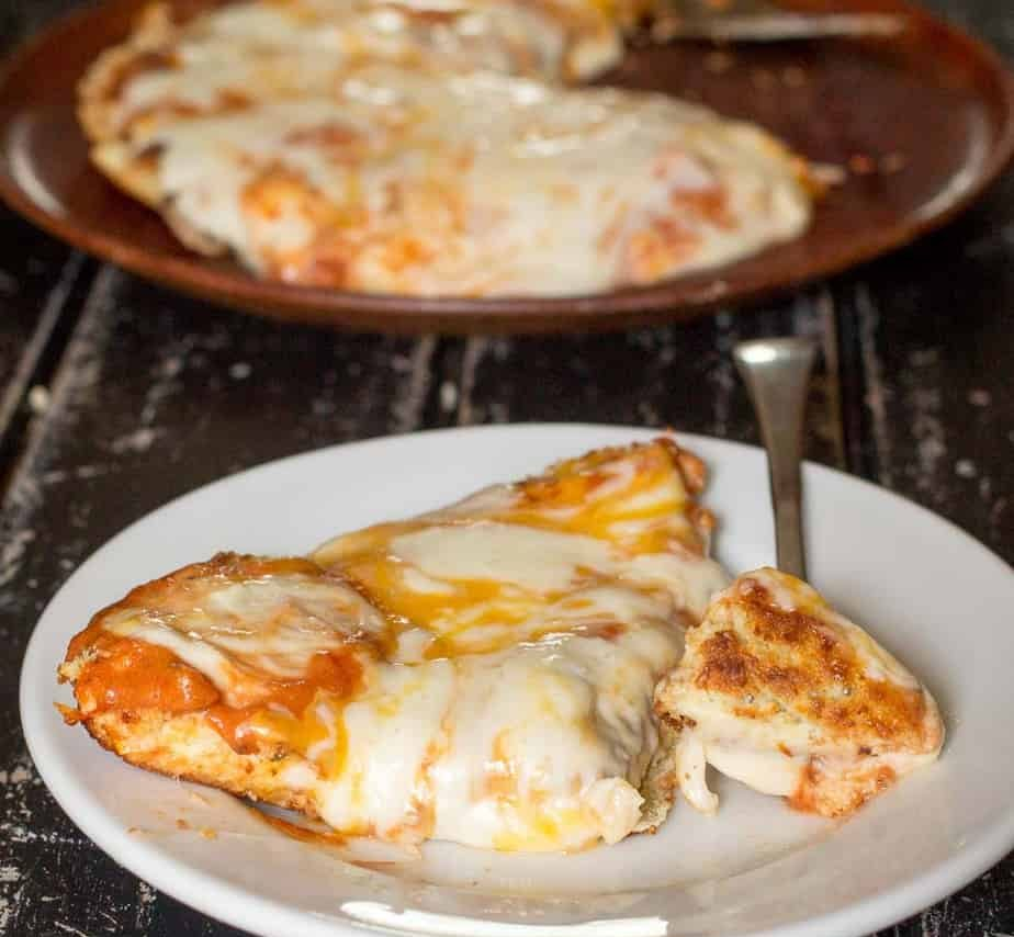 Кето пицца на сковороде из Моцареллы с хрустящими корочками